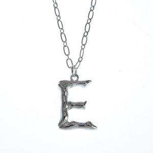 Colier argintiu cu pandantiv E