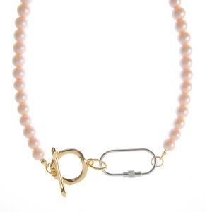 Colier cu perle roz si detalii metalice