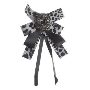 Brosa tip cravata animal print